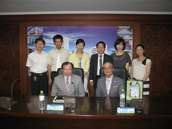 Group photo of the delegation from Hollywood University of Beauty and Fashion with CNU executives.