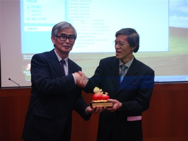 Professor Yoshinori Asakawa from Tokushima Bunri University in Japan with CNU vice-president Professor Chen Ming-Tyan