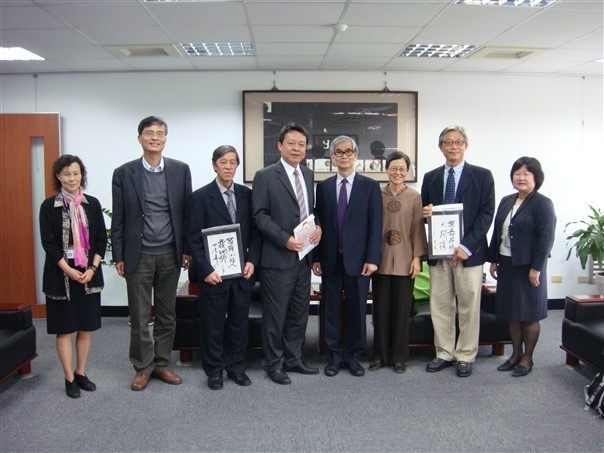 Professor Yoshinori Asakawa from Tokushima Bunri University with CNU personnel