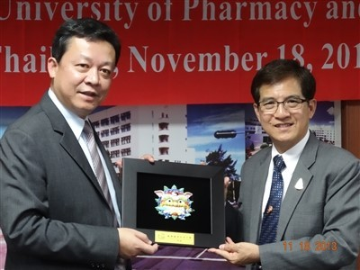 CNU President presents a memento to Kohn Kaen University