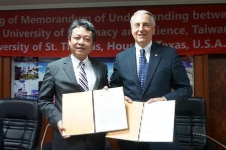 CNU president Dr. Lee Suen-Zone with UST president Dr. Ivany, after the signing of the MOU.