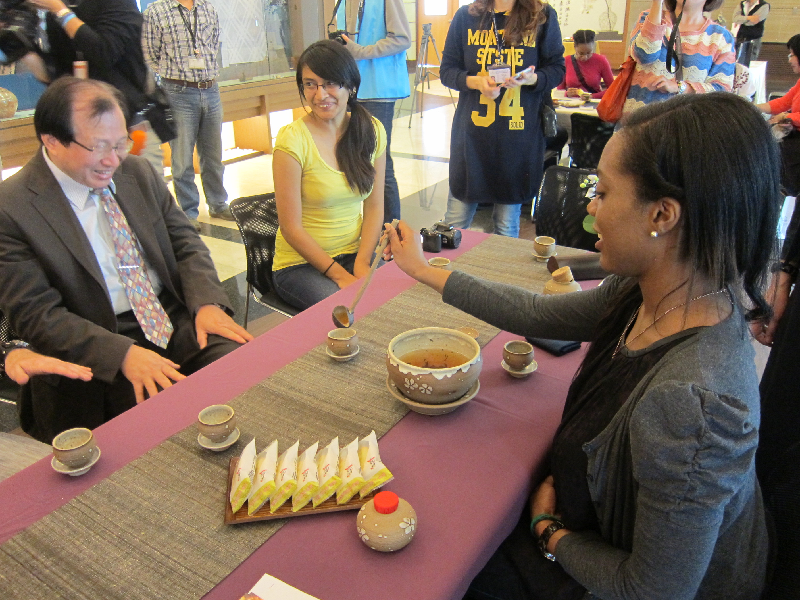 Students from the University of St. Thomas try serving tea to CNU vice president Professor Samuel Wu in the style of the Tang dynasty.