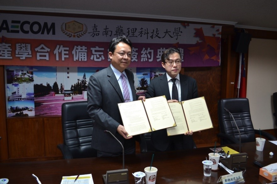 CNU President Professor Lee Sun-Zone and Senior Vice President of AECOM Taiwan Mr. Cheng Wen Yu are pictured after signing the agreement.