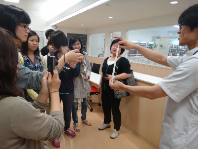 Visiting students from CNU in the training pharmacy at Tohoku Pharmaceutical University. A pharmacy teacher displays a prescription.
