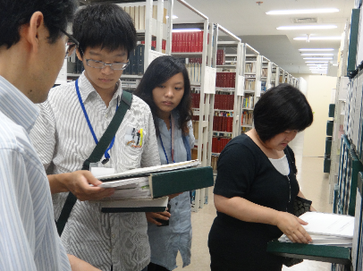 Students from CNU inspect master's theses in the library of Tohoku Pharmaceutical University.