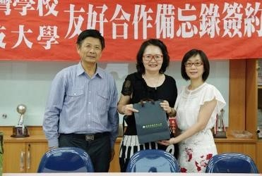 Chair of the CNU Department of Childhood Education and Nursery Professor Liang Shu-juan presents a gift to the JTS representative.