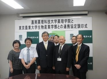 Professor Lee (third from left), dean of the CNU College of Pharmacy and Science, and Professor Lin (second from left), chair of the Department of Cosmetic Science, with Dr. Michinari Yokohama (front second from right), dean of the College of Bioindustry at Tokyo University of Agriculture, Hokkaido Campus, and accompanying scholars.