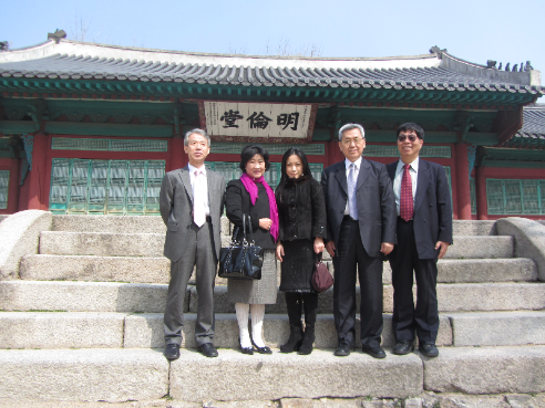 CNU vice president Dr. Chia-Sui Wang, chair professor Bo-Yuan Tian and director of the Institute of Confucian Studies professor Chung-Wen Wang inspect the Ming Lun Hall on a visit to Sung Kwan University, South Korea.