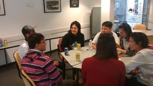 CNU students Karen Wu (Cosmetic Science), Jarvan Liu (Applied Foreign Languages), Janette Huang (Medical Chemistry), and Celine Huang (Leisure Management) exchanging experiences with two Indian students at the English Language Center of Southern Cross University.