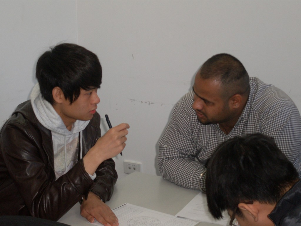 Joey Lee (Department of Pharmacy) deep in conversation with a student from India