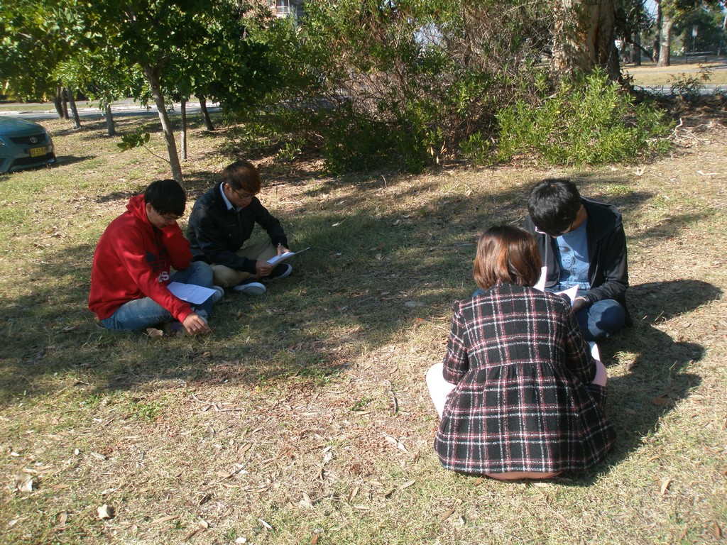 Outdoor English class – CNU students conscientiously preparing for a speaking activity