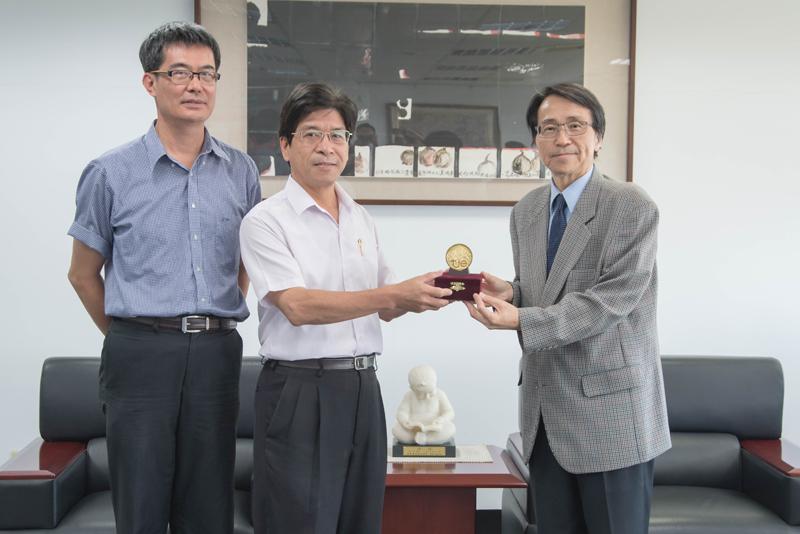 奪金團隊獻獎,由校長陳鴻助(右)代表接受