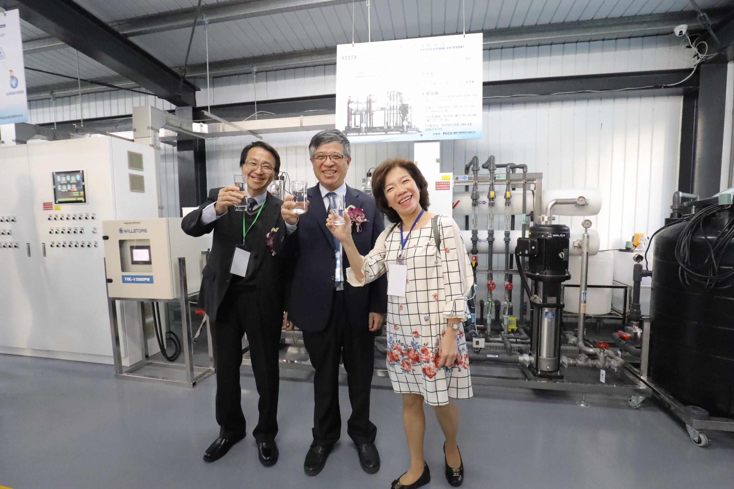 嘉藥校長陳鴻助、教育部政務次長劉孟奇及技職司司長楊玉惠(左至右)見證再生水的成果