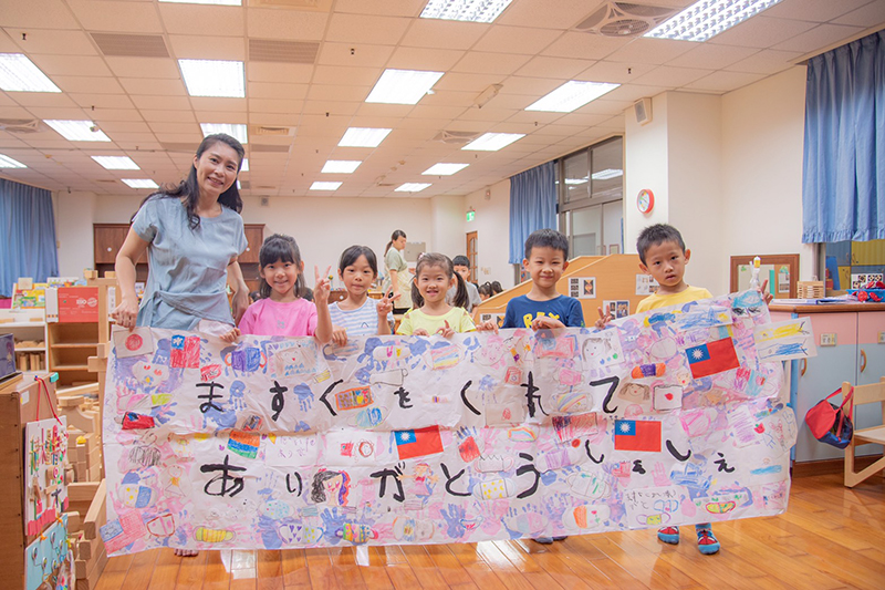 「光」保育園小朋友繪製超大張感謝卡片感謝嘉藥幼兒園的幫助.jpg