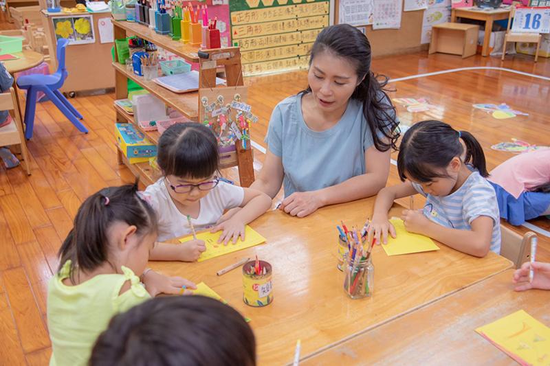 幼兒園小朋友在陳姿秀老師帶領下繪製加油卡片給日本光幼兒園