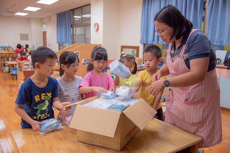嘉藥幼兒園小朋友在老師帶領下將蒐集到的口罩一一裝箱