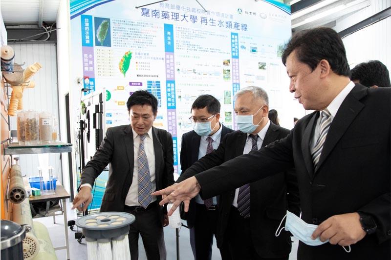 嘉藥校長李孫榮(右一)親自為大使解說再生水類產線基地
