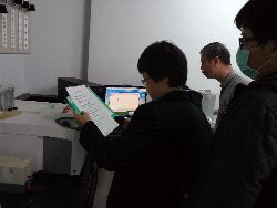 Professor Tang Tzu-chiang works with a thermal analyzer