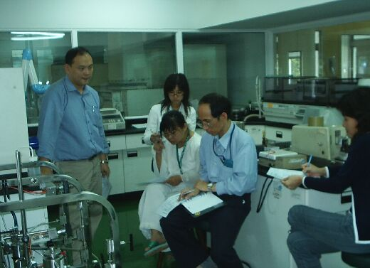 Professor Cheng Ching-Ling (third from right) works with a Supercritical Fluid Extraction instrument (SFE)