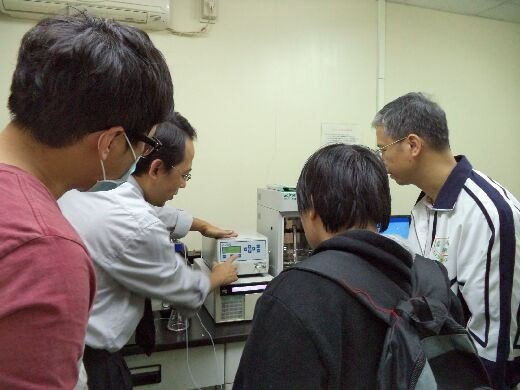 Professor Tang Tzu-chiang (right) works with a gel chromatography analyzer
