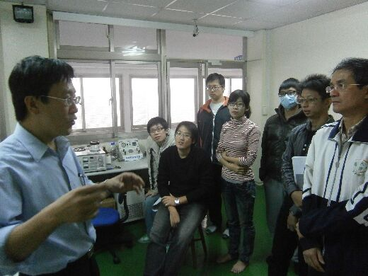 Professor Lin Chang-Tai with students in the scanning electron microscopy class
