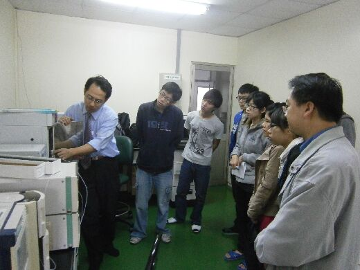Gel Chromatography Analysis class (industry teacher Mr. Chang Yuan-Duo, left)