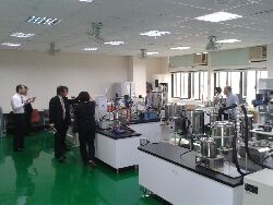 日本農業大學參訪本中心B506化粧品量產教學設備