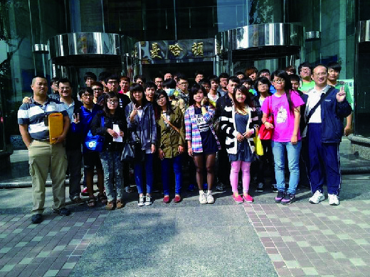 Teacher leading students to visit Kaohsiung City Information Service Application Association