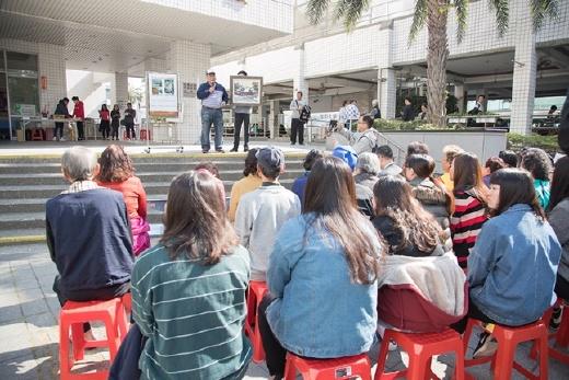 樂齡大學成果發表暨愛心義賣會 - 顏水義先生為愛心義賣活動現場的畫作說明
