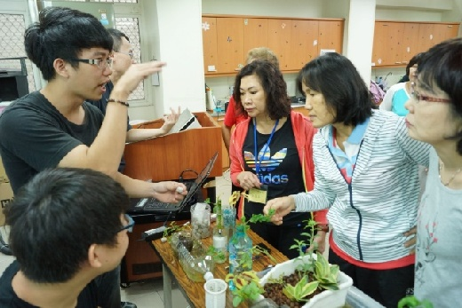 全國老人活動創新設計競賽 - 嘉藥老服系同學教導樂齡大學長輩如何製作魚菜共生系統