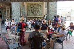藝術小鎮旅遊-微笑灣裡活動 - 學員聆聽導覽解說