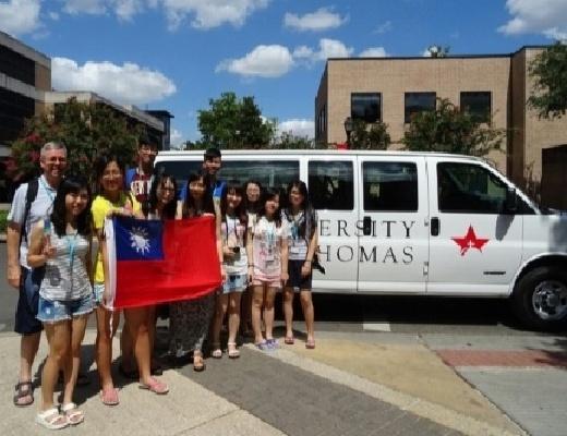 外語中心舉辦「2015年美國國際研究研習」─戴主任與CNU學生於美國University of St. Thomas合影