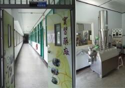 現代化製程的實習藥廠-噴霧造粒機(右圖)。