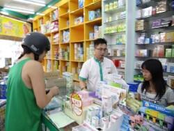 學生(右一)在福倫連鎖藥局進行社區藥局實習情況。
