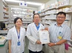 本系教師(右一)訪視學生(左一)之社區藥局實習情況與致贈感謝狀。