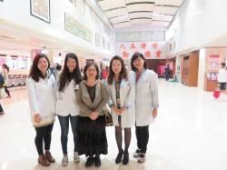 本系教師(右三)至基隆長庚醫院訪視學生之醫院藥學實習情況。