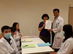 系上教師(右三)至新光吳火獅紀念醫院訪視學生實習致贈感謝狀。