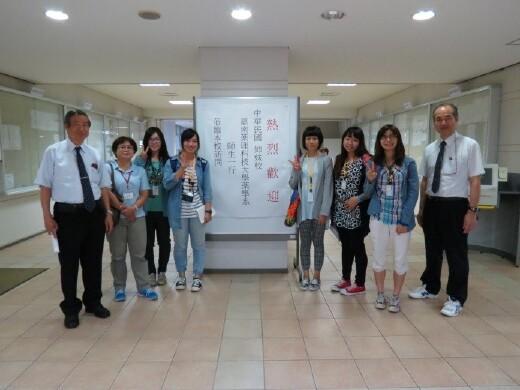 本系教師(左二)帶領學生至日本進行藥學見習。