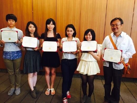 本系教師(右一)帶領學生至南加州大學(USC)進行藥學實習。