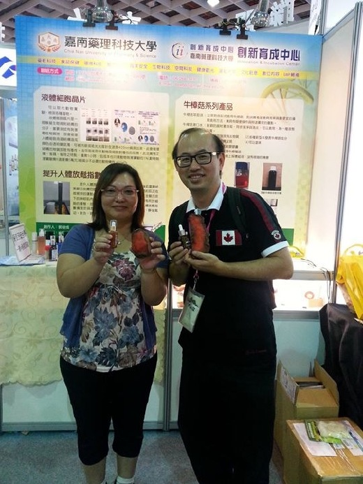 Teachers and students attend the Taipei Biotechnology Exhibition, to promote products produced in academic-industry cooperation projects.