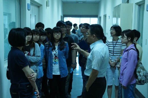 Section chief Mr. Chou takes students on a tour of Taiwan Salt Company