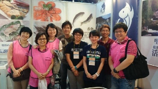 Five teachers visiting students from the Department of Food Science and Technology at the 2013 Kaohsiung Food Products Exhibition