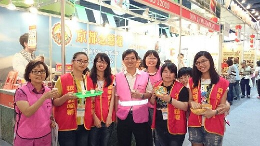 Teachers visiting students from the Department of Food Science and Technology at the 2013 Kaohsiung Food Products Exhibition