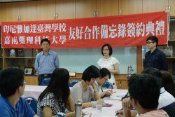 Former chair Liang Shu-chuan signs an MOU with the principal of the Jakarta Taiwan School Tsai Hsien-Kou