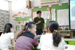 Professor Chiang Shi-Hau delivers a presentation on preschool education to teachers from the preschool division