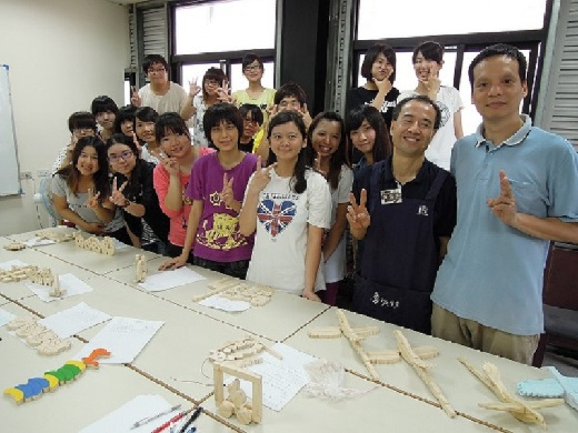 Professor Sun Tzu-Yi (right) takes students ot a workshop on toy making conducted by the Cultural Construction Committee of the Executive Yuan