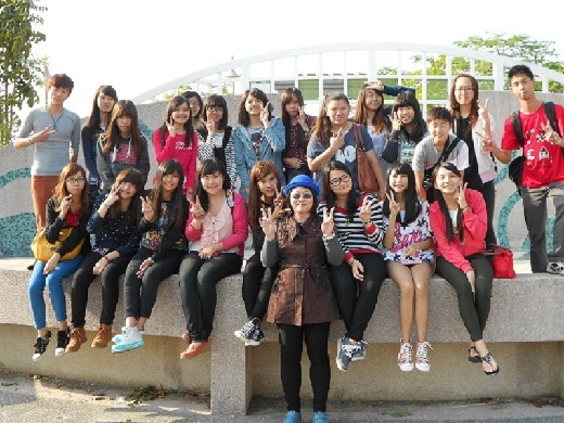 Professor Lan Fang-Ying (front row) took students on a field trip to Anping shopping precinct, Hai-an Road, Shen-Nong Road and Tainan City Park