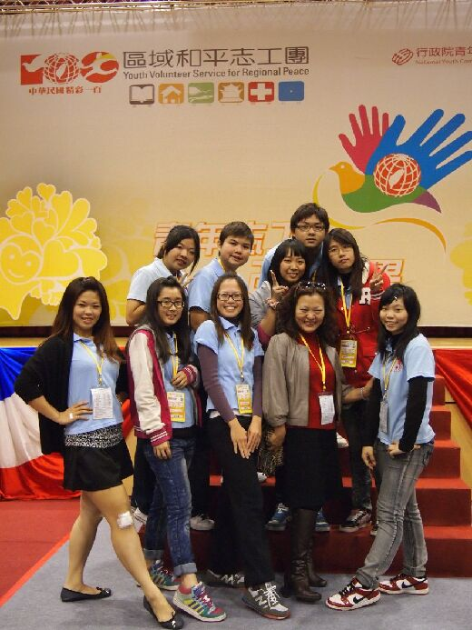 Professor Lee Li-Yun  with a group of student volunteers participating in a  youth volunteer competition