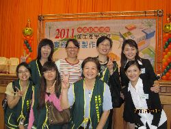Professor Chung Wen-Jun (back row, second from left) leads students in a practical project competition for college students