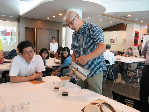 Mr. Guan-Hua, Huang (the Standing person) commented the fine coffee and brewed skills on the spot, in